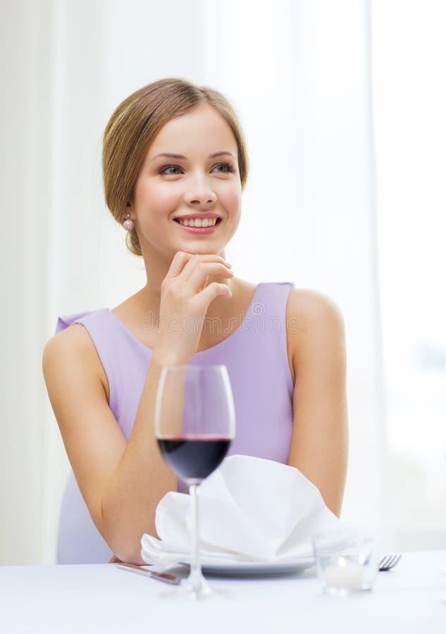 Mulher de sorriso com vidro da data de espera da lamentação imagens de stock royalty free