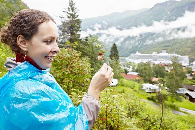 A mulher de sorriso considera a haste da morango imagens de stock royalty free