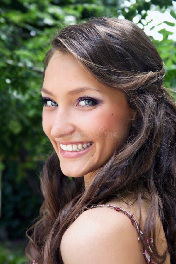Mulher de sorriso consideravelmente nova fotografia de stock royalty free
