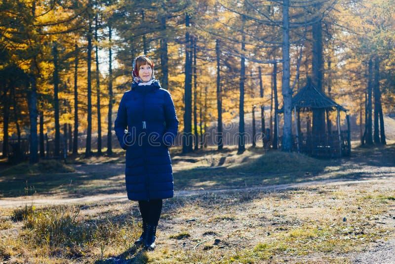 Mulher de sorriso da idade da reforma no revestimento do outono foto de stock