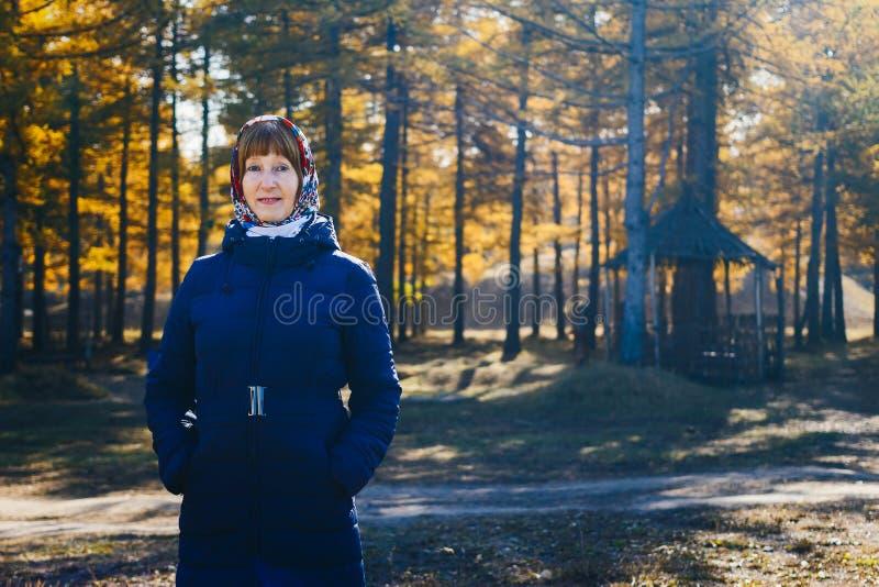 Mulher de sorriso da idade da reforma no revestimento do outono imagem de stock royalty free