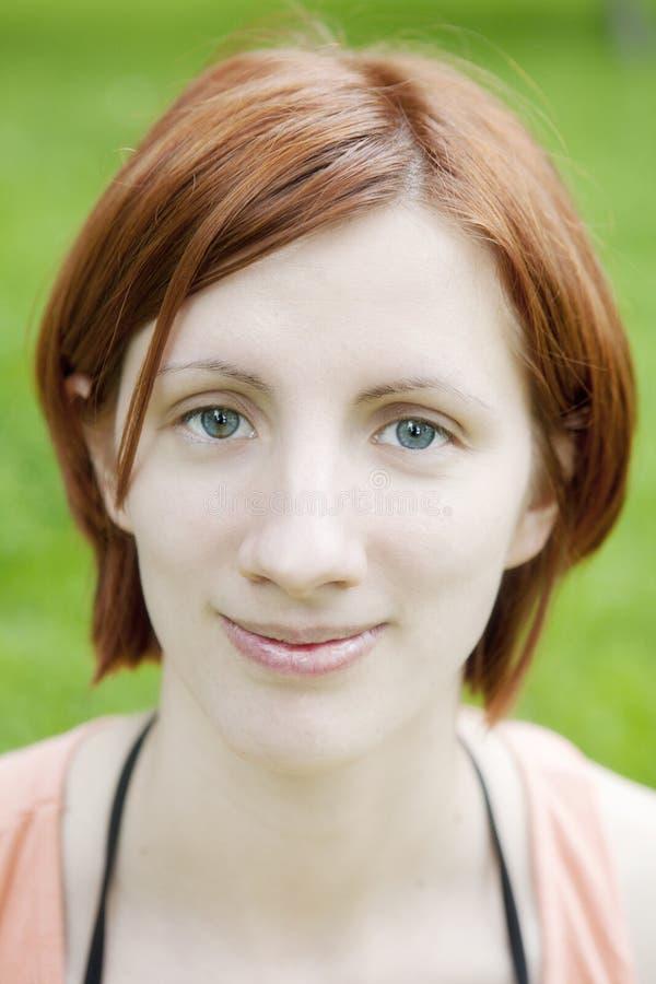 Mulher de sorriso do cabelo vermelho imagem de stock royalty free