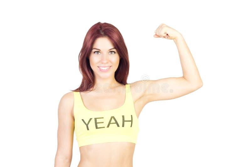 A mulher de sorriso do esporte mostra fora seus músculos Esportes e conceito da aptidão imagens de stock