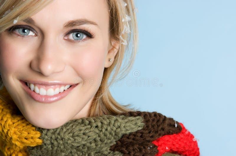 Mulher de sorriso do inverno fotografia de stock