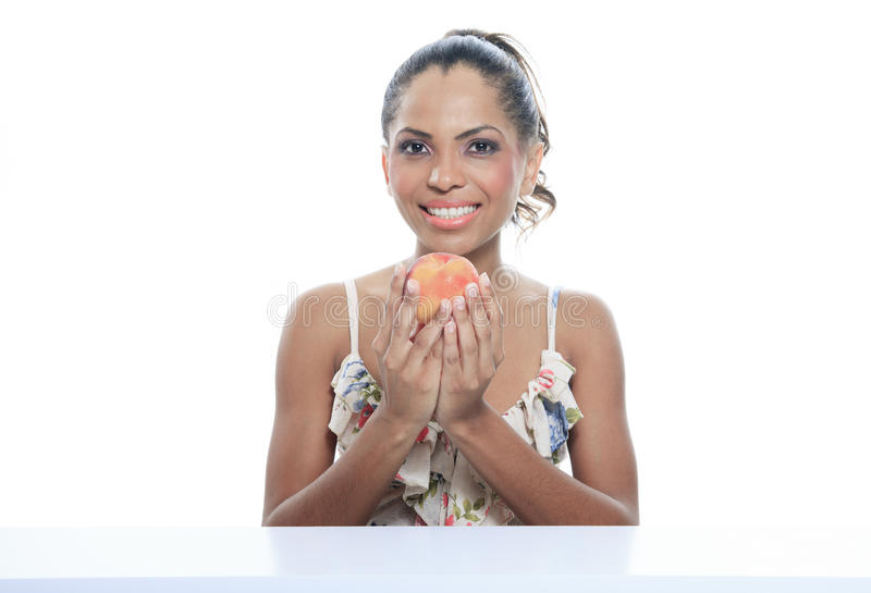 Mulher de sorriso do mulato isolada no estúdio branco imagens de stock royalty free