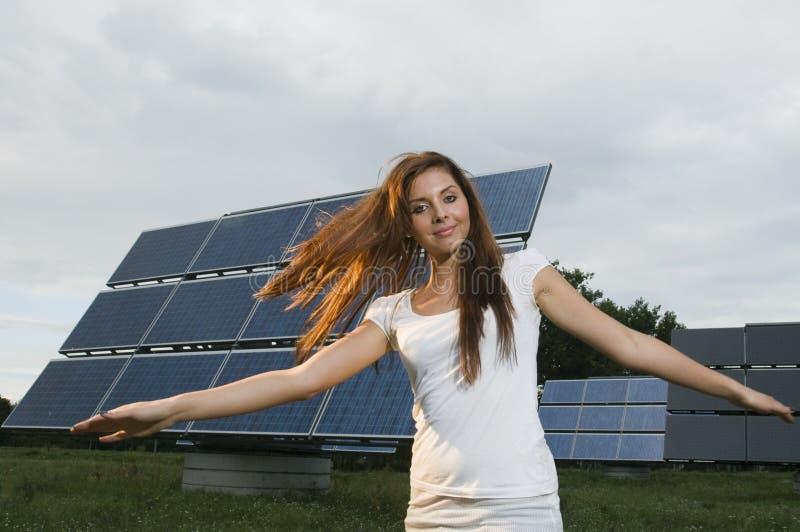 Mulher de sorriso e painéis solares foto de stock royalty free