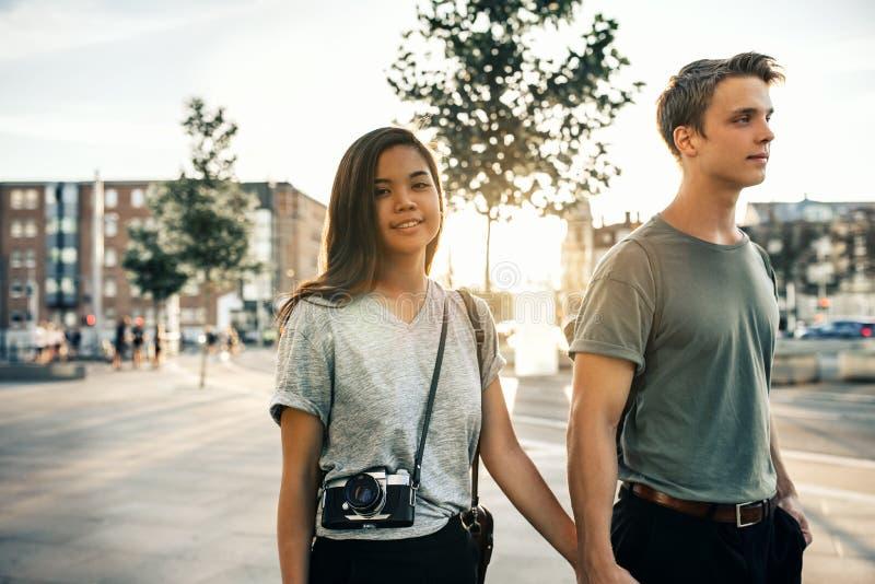 Mulher de sorriso e seu noivo que exploram a cidade junto imagens de stock royalty free