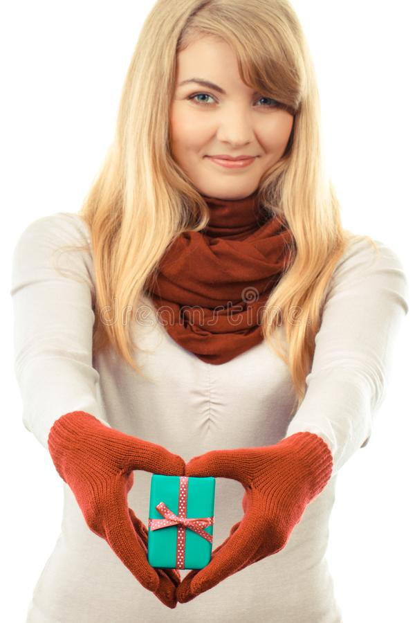 Mulher de sorriso em luvas de lã com o presente envolvido para o Natal ou a outra celebração fotografia de stock royalty free