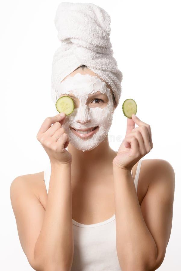 Mulher de sorriso em uma máscara protetora imagens de stock royalty free