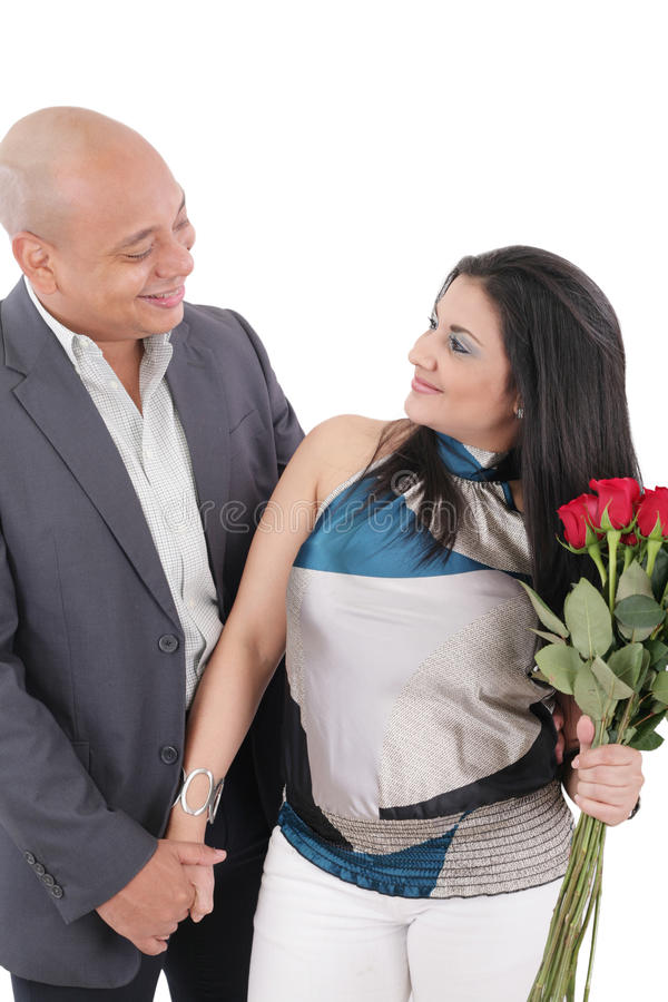 Mulher de sorriso feliz com o ramalhete das rosas que guardam seu noivo foto de stock