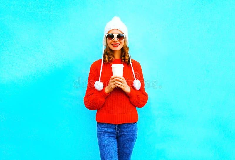 A mulher de sorriso feliz guarda um copo de café na camiseta vermelha fotografia de stock