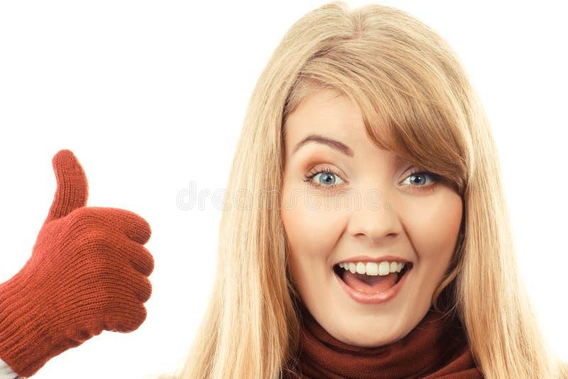 Mulher de sorriso feliz nas luvas de lã que mostram os polegares acima, emoção humana positiva fotos de stock