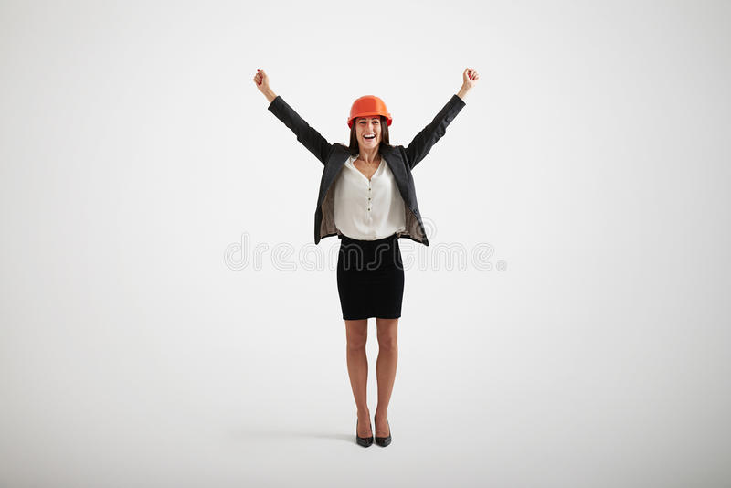 Mulher de sorriso feliz no vestuário formal que aumenta suas mãos para cima foto de stock royalty free