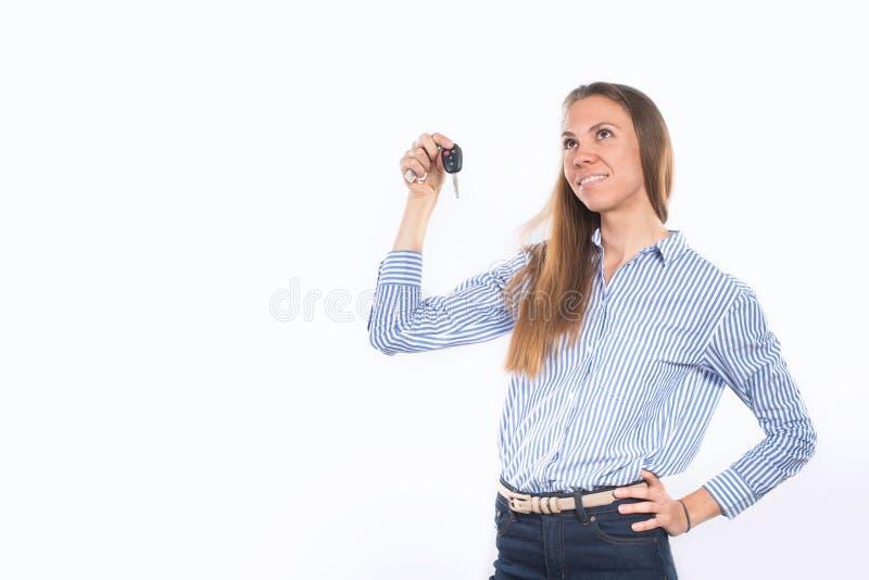 Mulher de sorriso feliz nova que guarda chaves do carro fotografia de stock royalty free