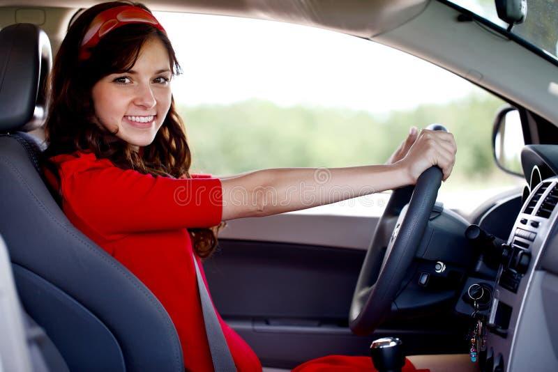 Mulher de sorriso feliz que conduz o carro imagens de stock royalty free