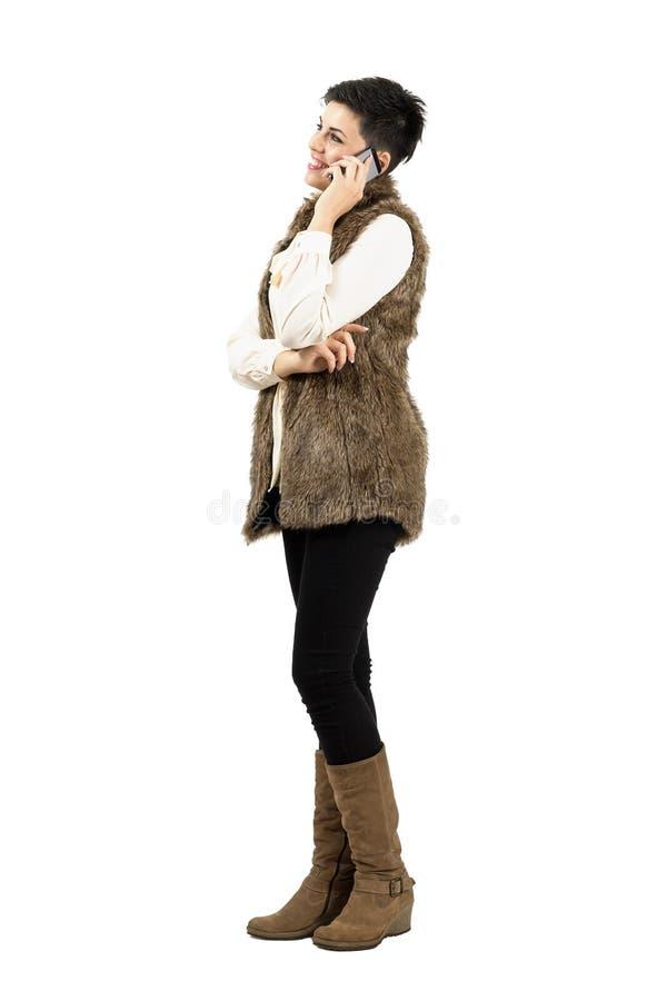 Mulher de sorriso feliz que fala no telefone esperto móvel imagem de stock royalty free