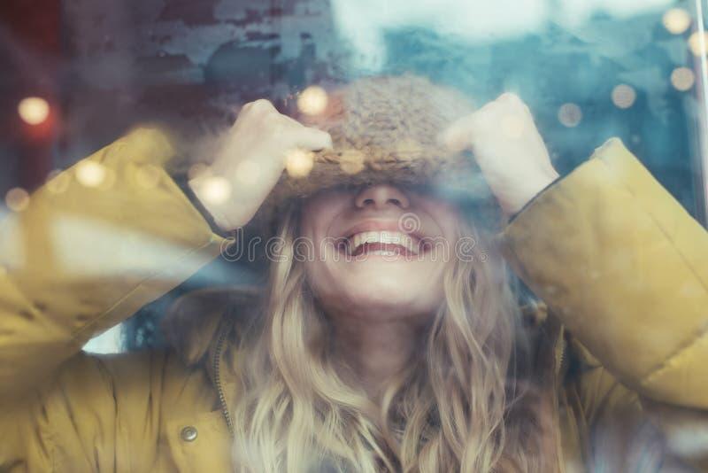 Mulher de sorriso feliz que tem o divertimento no transporte fotografia de stock