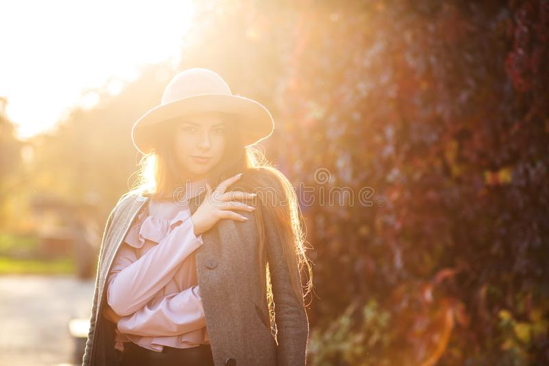 Mulher de sorriso luxuoso com o chapéu vestindo da composição natural, enjoyin fotografia de stock