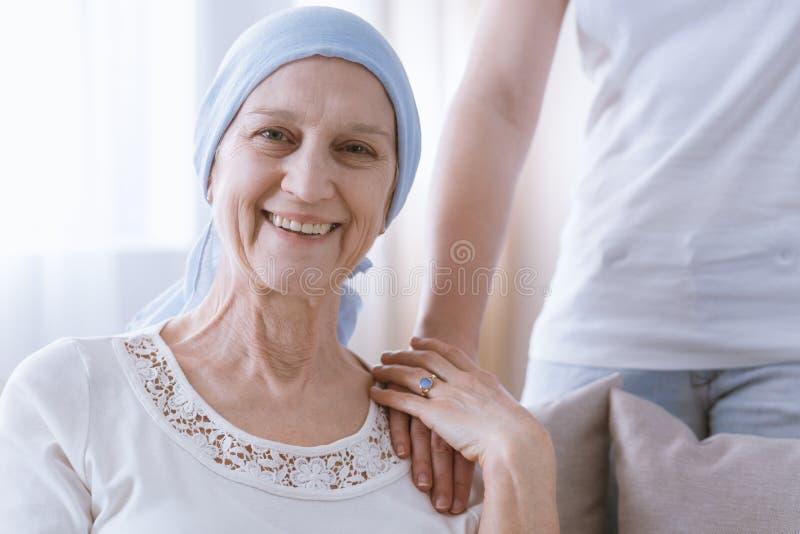 Mulher de sorriso mentalmente forte do câncer imagens de stock royalty free