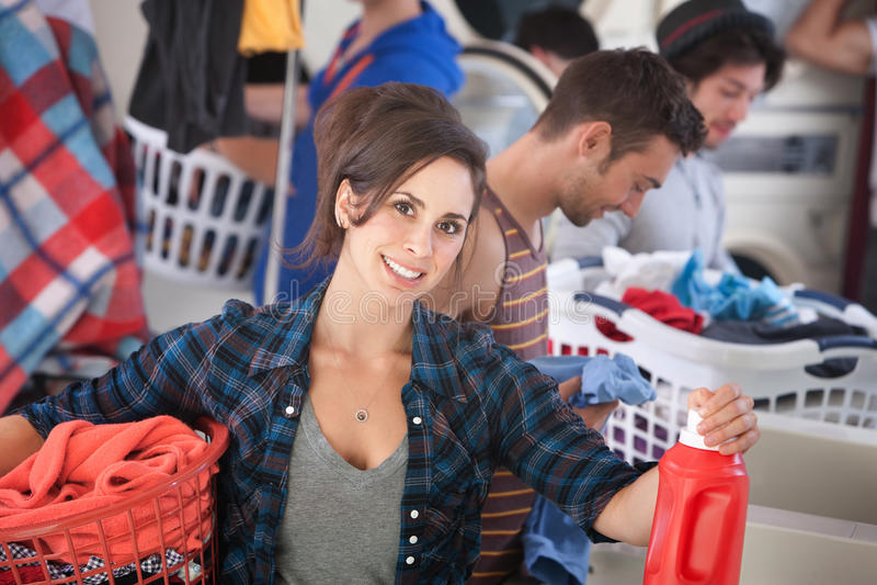 Mulher de sorriso na lavagem automática fotos de stock royalty free