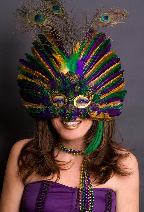 Mulher de sorriso na máscara do carnaval fotografia de stock
