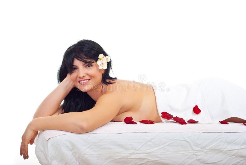 Mulher de sorriso na massagem dos termas imagens de stock