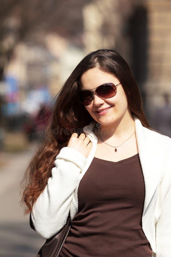 mulher de sorriso na mola    fotografia de stock