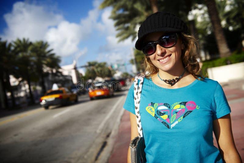 Mulher de sorriso na rua foto de stock