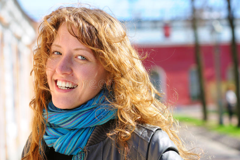 Mulher de sorriso na rua da cidade fotos de stock royalty free