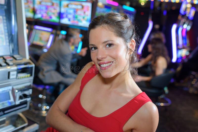 Mulher de sorriso no casino imagem de stock