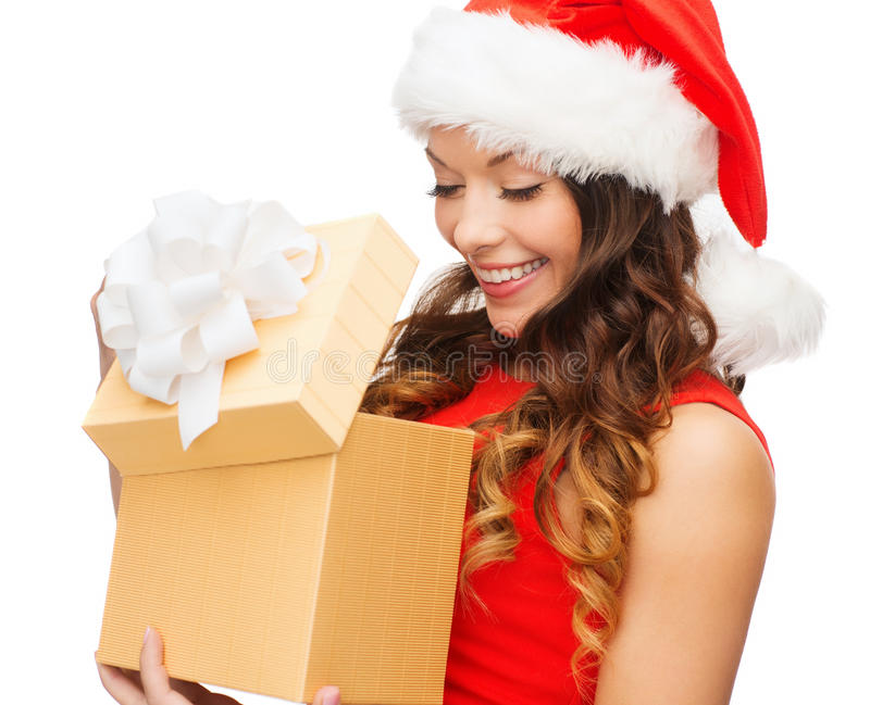 Mulher de sorriso no chapéu do ajudante de Santa com caixa de presente fotografia de stock royalty free