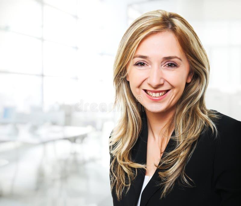 Mulher de sorriso no escritório imagens de stock royalty free