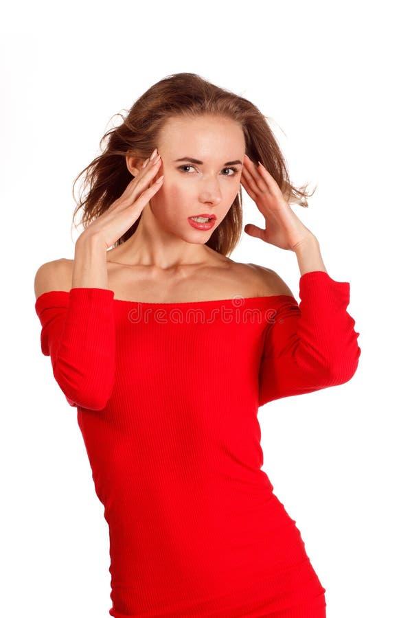 Mulher de sorriso no levantamento vermelho contra o fundo branco iso do estúdio imagem de stock