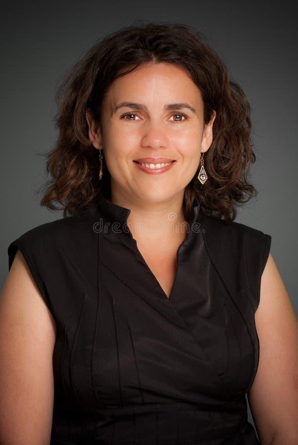 Mulher de sorriso no preto foto de stock royalty free
