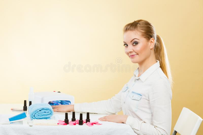 Mulher de sorriso no salão de beleza do bem-estar dos termas imagens de stock