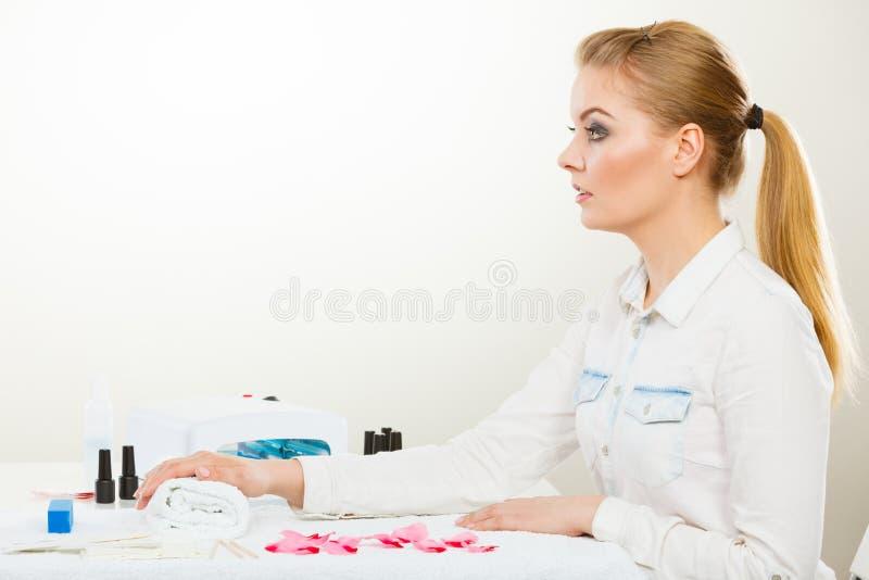 Mulher de sorriso no salão de beleza do bem-estar dos termas imagem de stock royalty free