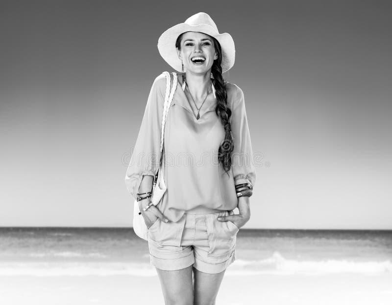 Mulher de sorriso no short e blusa amarela no litoral fotos de stock royalty free