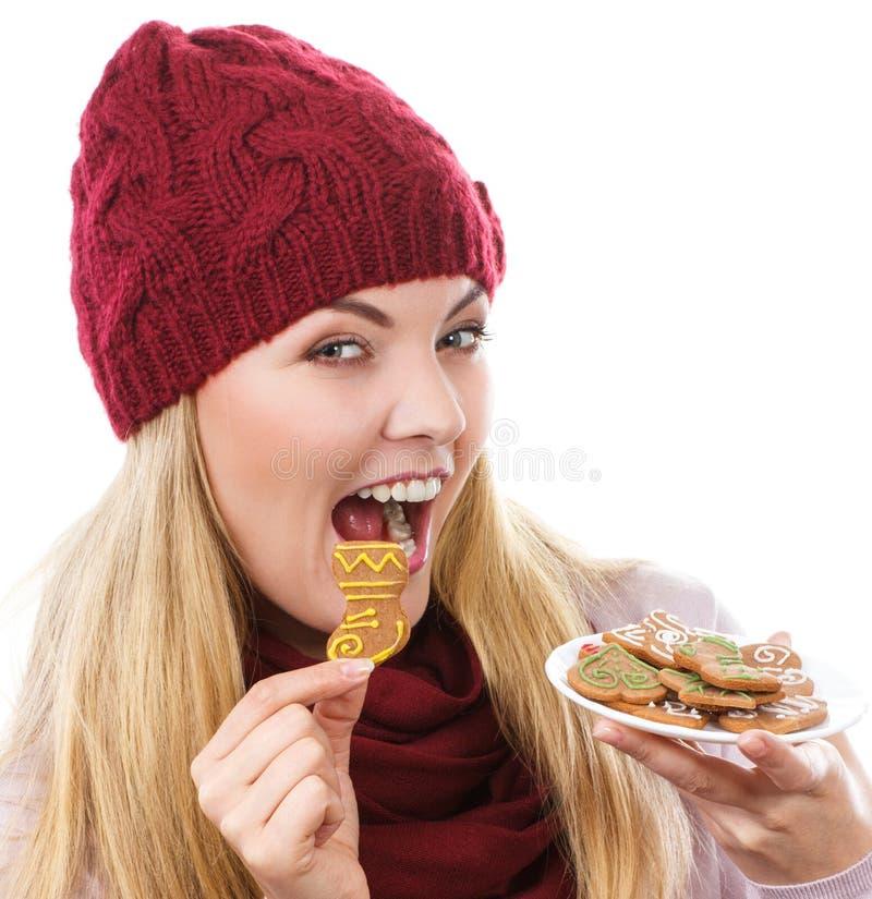 Mulher de sorriso no tampão de lã e no xaile que guardam pão-de-espécie, tempo do Natal imagens de stock