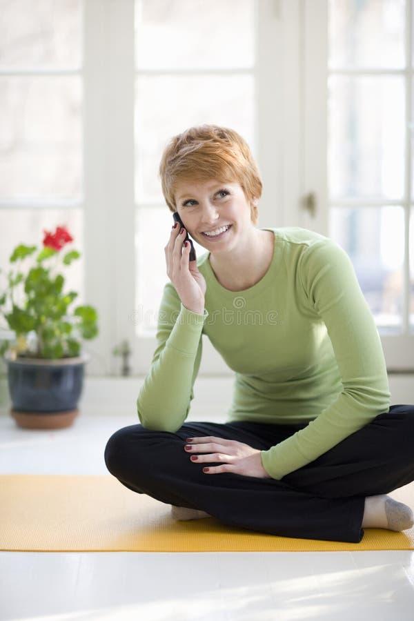 Mulher de sorriso no telefone de pilha imagem de stock royalty free