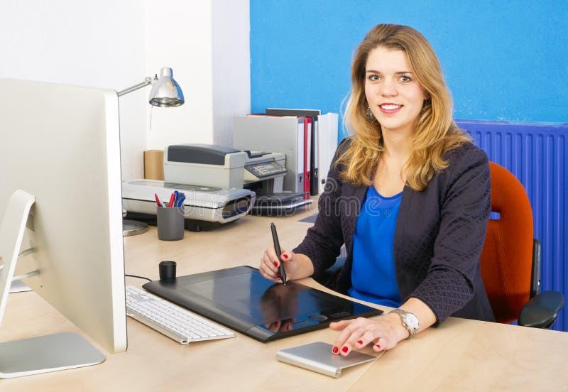 Mulher de sorriso no trabalho fotografia de stock