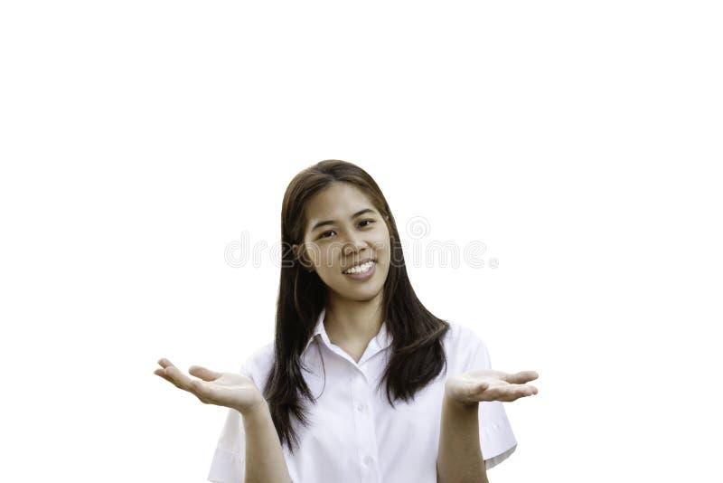 Mulher de sorriso no uniforme da universidade com mãos abertas no trajeto de grampeamento imagem de stock