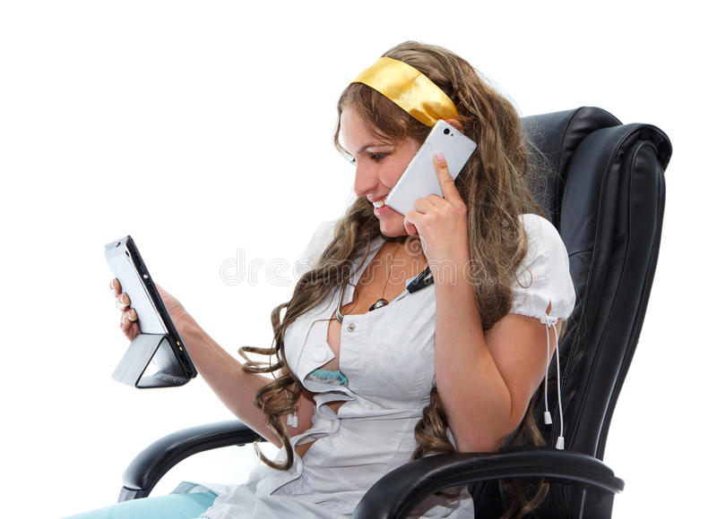 Mulher de sorriso no uniforme médico com tablet pc e telefone fotos de stock