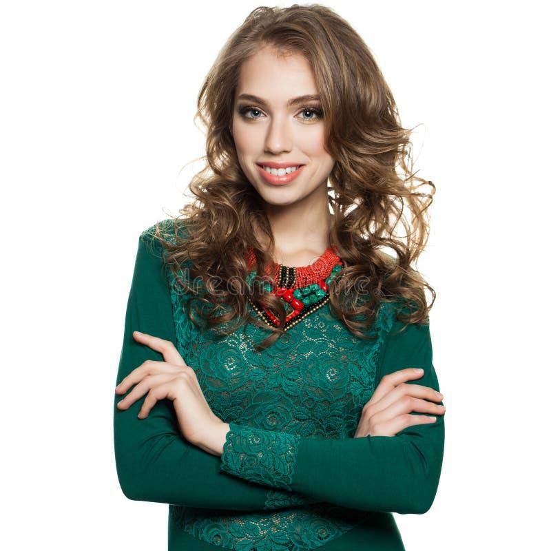 Mulher de sorriso no vestido verde isolado fotos de stock