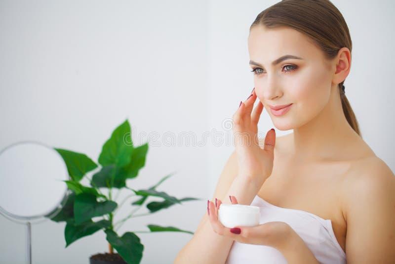 A mulher de sorriso nova bonita com pele fresca limpa olha afastado g fotografia de stock royalty free