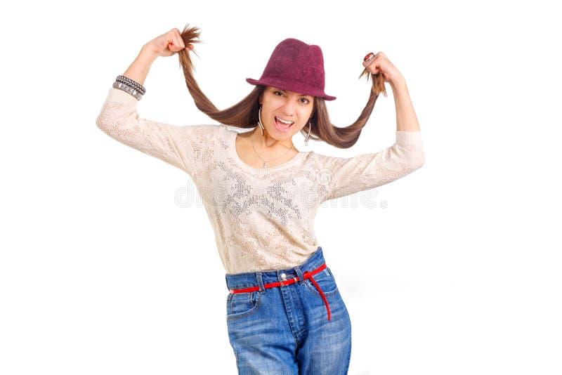 Mulher de sorriso nova Cabelos longos nas mãos Chapéu vermelho foto de stock