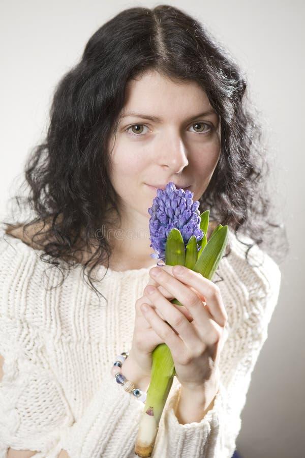 mulher de sorriso nova com hyacinth imagens de stock