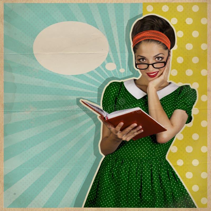 Mulher de sorriso nova com livro Fundo retro imagens de stock