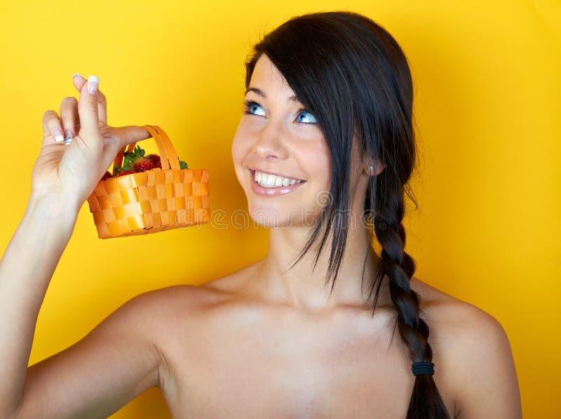 Mulher de sorriso nova com morangos imagens de stock royalty free