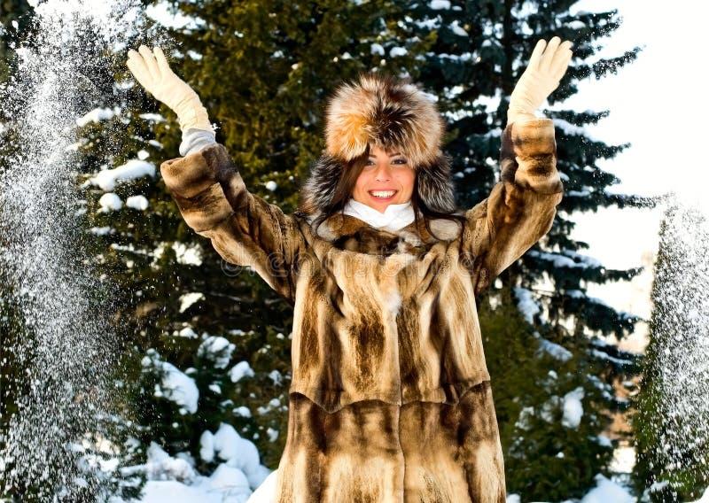 Mulher de sorriso nova com neve foto de stock royalty free