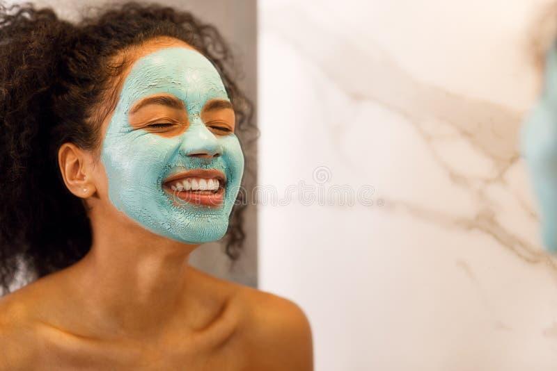 Mulher de sorriso nova com olhos próximos fotos de stock royalty free